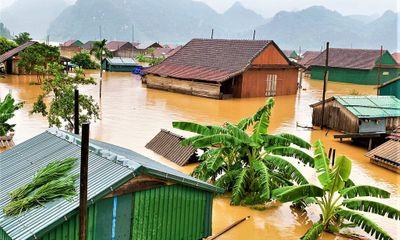 Nước lũ dâng tận nóc nhà, cuốn trôi một người phụ nữ ở Quảng Bình