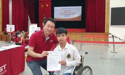 Nam sinh 10 năm được cõng đến nhập học tại ĐH Bách khoa Hà Nội, không có bạn thân bên cạnh