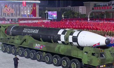 Triều Tiên duyệt binh rầm rộ, trình làng tên lửa xuyên lục địa mới