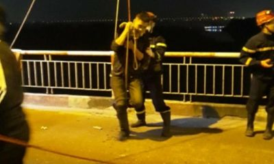 Cảnh sát đu dây, cứu sống người đàn ông nhảy cầu Chương Dương giữa đêm