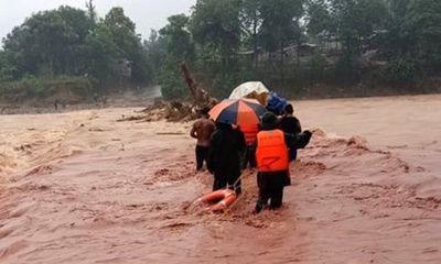 Lính biên phòng vượt lũ đưa thai phụ qua cầu tràn bị ngập đi sinh
