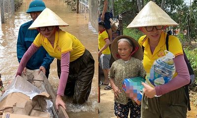 Trang Trần lội nước đẩy thuyền, hỗ trợ nhu yếu phẩm cho người dân vùng lũ ở Quảng Trị