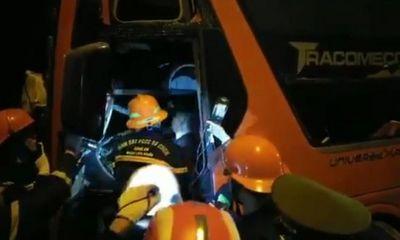 Tin tai nạn giao thông mới nhất ngày 16/10/2020: Xe khách đấu đầu xe đầu kéo trong đêm, 19 người thương vong