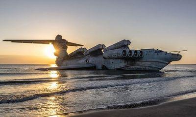 """Chiêm ngưỡng """"quái vật thời chiến"""" nặng 400 tấn trên bờ biển Nga"""