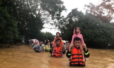 Video: Xúc động hình ảnh các chiến sĩ ở Quảng Trị vừa hát, vừa cứu trợ người dân