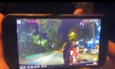 Bị chủ xe ô tô bắt đền 8 triệu đồng sau va chạm, người phụ nữ đi xe máy được dân mạng