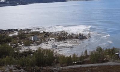 Video: Hãi hùng cảnh 8 ngôi nhà bị cuốn phăng ra biển trong nháy mắt vì sạt lở đất