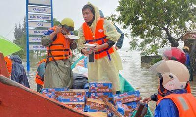 Hồ Việt Trung lên tiếng khi quăng đồ cứu trợ cho người dân vùng lũ