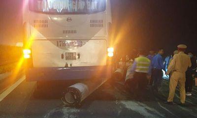 Cột điện rơi từ container xuống cao tốc, văng trúng xe khách