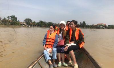 Đỗ Mỹ Linh ngồi xuồng cứu trợ, đi vào vùng nước lũ trao quà cho người dân