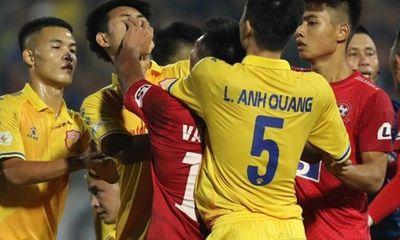 Trung vệ Nguyễn Văn Hạnh bị đề nghị kỷ luật vì đánh đối thủ,
