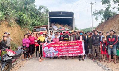Đoàn thiện nguyện Công ty mỹ phẩm Gia Hân và bà con tỉnh Phú Thọ vượt trên đỉnh lũ để đến với đồng bào Miền Trung