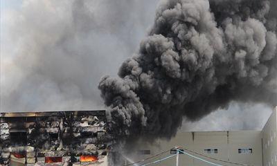 Công ty sản xuất ghế sofa cháy lớn, cột khói đen kịt bốc cao hàng chục mét