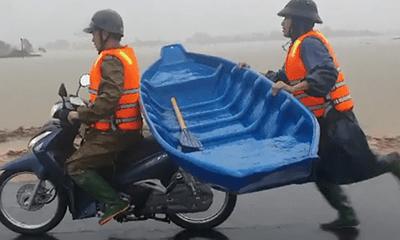 Cảm động hình ảnh thượng úy công an giữ thuyền, chạy theo xe máy 2km đến nhà cứu dân