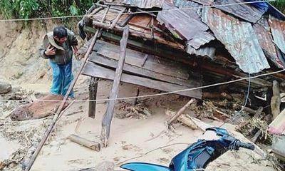 Quảng Ngãi: Lũ quét cuốn trôi 6 nhà dân trong tích tắc, ngôi làng có nguy cơ bị xóa sổ