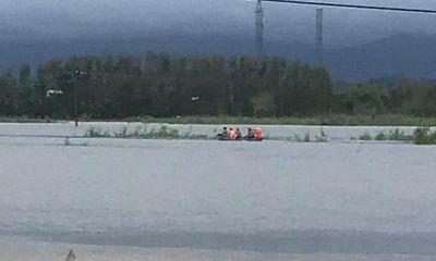 Vượt đoạn đường ngâp sâu bất chấp cảnh báo, hai người đàn ông bị nước cuốn trôi
