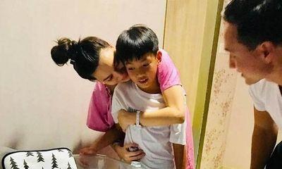 Lộ bức ảnh đầu tiên ghi lại khoảnh khắc Subeo bên 2 bé sinh đôi của Hà Hồ