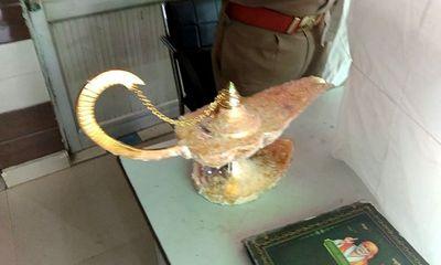 """Hí hửng tưởng mua được """"đèn thần của Aladdin"""", bác sĩ Ấn Độ bị lừa mất hơn 2 tỷ đồng"""