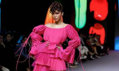 Minh Tú diện váy hồng rực diễn vedette thể hiện chất