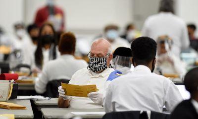 Nhân viên kiểm phiếu bang Michigan tiết lộ bị yêu cầu sửa ngày trên phiếu