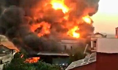 Video: Cháy kinh hoàng tại xưởng gỗ ở Nam Định, khói đen bốc lên nghi ngút