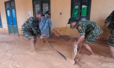 Trường học ngập trong bùn sau bão lũ, thầy cô vất vả dọn hơn nửa tháng