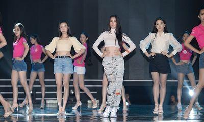 'Đột nhập' hậu trường đêm chung kết Hoa hậu Việt Nam 2020 xem Hoàng Thùy Linh, Tiểu Vy cùng dàn sao tổng duyệt