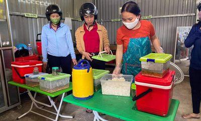 Nữ giáo viên vượt hàng chục km đường rừng mỗi ngày mang cơm cho học sinh