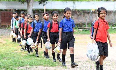 Trường học Ấn Độ thu học phí bằng rác thải nhựa, học sinh được trả tiền khi đi học