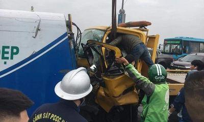 Va chạm kinh hoàng giữa ô tô cứu hộ và xe rác trên cầu Nhật Tân, 1 người bị thương nặng