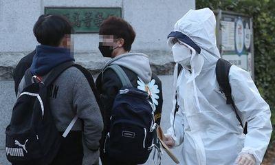 Học sinh Hàn Quốc mặc đồ bảo hộ, tự tin bước vào kỳ thi đại học khốc liệt