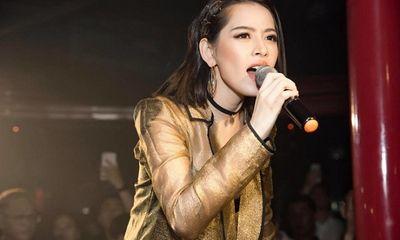 """Chi Pu hát live ra sao trong sự kiện mới để dân mạng phải cảm thán """"cạn lời vì quá tệ""""?"""