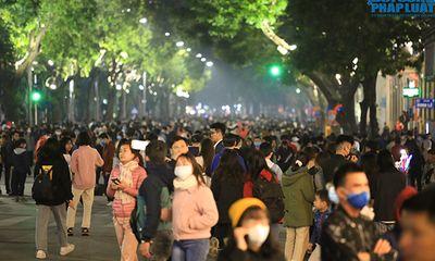 Phố đi bộ Hồ Gươm vẫn đông nghịt sau chỉ đạo hạn chế tập trung đông người