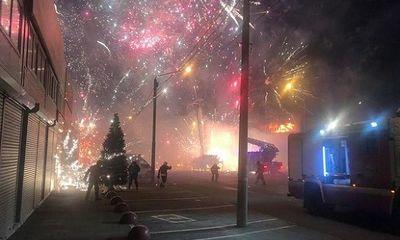 Kho pháo hoa bị cháy, sáng rợp trời như đêm giao thừa ở Nga