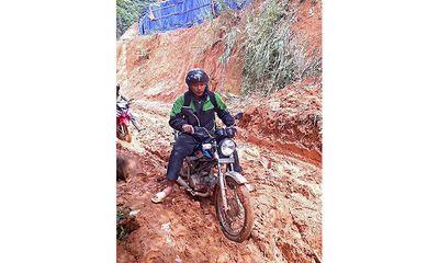 Thầy giáo trẻ ngày ngày vượt núi