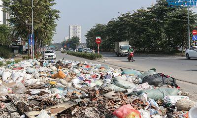 Hà Nội: Ngán ngẩm cảnh rác thải chất đống, tràn xuống cả lòng đường