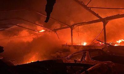 Hỏa hoạn kinh hoàng trong đêm thiêu rụi 70 siêu xe và xe sang