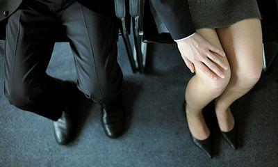 Từ năm 2021, những hành vi nào được xác định là quấy rối tình dục nơi làm việc?