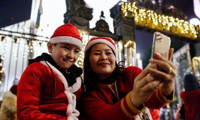 Giới trẻ Hà Nội, TP.HCM đổ ra đường đón Giáng sinh