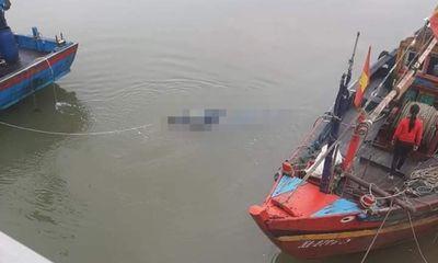 Ra khơi đánh bắt hải sản, hốt hoảng phát hiện thi thể nam giới trên biển