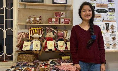 Cô gái sáng tạo đồ chơi từ vải gai với mong ước bảo vệ môi trường