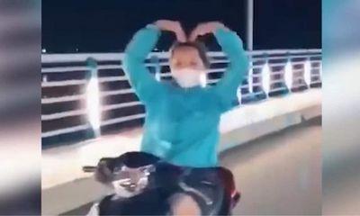 Vụ clip cô gái chạy xe máy thả 2 tay