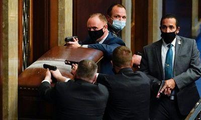 Những hình ảnh khiến cả thế giới choáng váng khi quốc hội Mỹ náo loạn trong phiên họp ngày 6/1