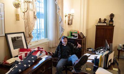 Gác chân lên bàn của chủ tịch Hạ viện Mỹ, người đàn ông nhận kết đắng