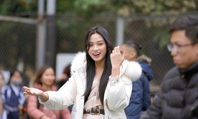 Về trường Kinh tế Quốc dân để đi học trở lại, hoa hậu Đỗ Thị Hà khoe visual đẹp long lanh như công chúa tuyết