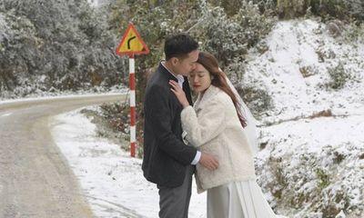 Tuyết rơi dày đặc Y Tý, cặp đôi chụp ảnh cưới giữa không gian đẹp như