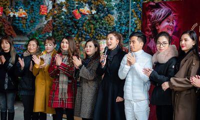 """Chuyên gia sắc đẹp Ngọc Hiền và các nhà tài trợ xúc động tại chuyến từ thiện """"Nâng bước chân em"""""""