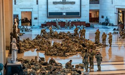 Choáng với cảnh tượng binh sĩ nằm ngủ la liệt bên trong toà nhà Quốc hội Mỹ