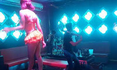 Bắt quả tang 4 nữ tiếp viên karaoke khỏa thân kích dục cho khách: Tiền
