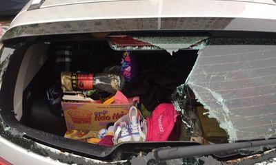 Hà Nội: Ô tô bị đập vỡ kính khi đỗ dưới chân tòa nhà